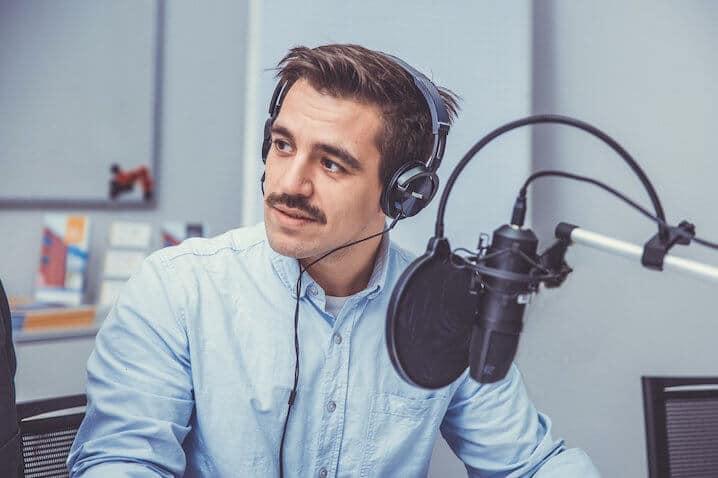 Foto von Danilo Manca beim Unternehmer Radio zum Thema Unternehmensnachfolge.