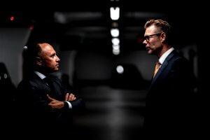 Zwei Geschäftsmänner stehen sich gegenüber, um eine Firma kaufen kaufen bzw. Firmenkauf zu besprechen