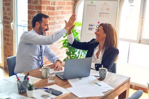 zwei Menschen verhandeln, um ein Unternehmen kaufen zu können