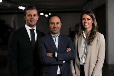 Drei Personen (Management Buy-In) schauen in die Kamera.